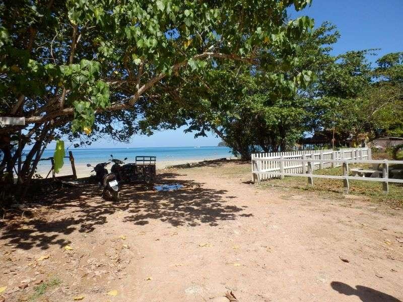 unser Eingang zum Klong Dao Beach